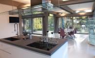 Кухня и столовая в гостевом коттедже фахверк