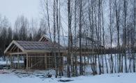Остекленный фасад коттеджа выходит на березовую рощу