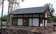 Боковой фасад коттеджа фахверк в поселке прикрыт глухими стенами