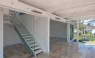 Внутридомовая лестница для коттеджа выполнена из дуба